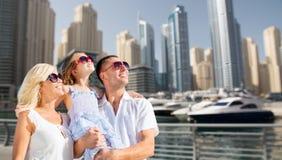 Szczęśliwa rodzina nad Dubai miasta ulicy tłem obrazy royalty free