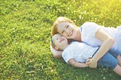 szczęśliwa rodzina natury mamy i dziecka córka bawić się w Obrazy Stock