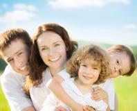 Szczęśliwa rodzina outdoors Zdjęcie Royalty Free