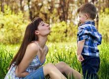 Szczęśliwa rodzina outdoors Obrazy Royalty Free