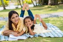 szczęśliwa rodzina park zdjęcie royalty free