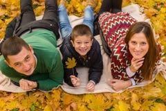 szczęśliwa rodzina park Zdjęcia Royalty Free