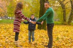 szczęśliwa rodzina park Zdjęcie Stock