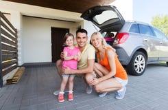 Szczęśliwa rodzina parkuje z hatchback samochodem w domu fotografia stock