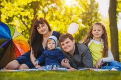 Szczęśliwa rodzina plaing w parku Obraz Stock