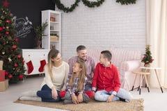 Szczęśliwa rodzina podczas bożych narodzeń spotykać obrazy royalty free