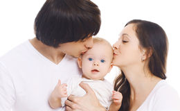 Szczęśliwa rodzina, portret matka i ojca całowania dziecko, fotografia royalty free
