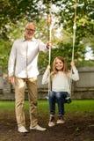 Szczęśliwa rodzina przed domem outdoors Fotografia Stock