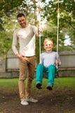 Szczęśliwa rodzina przed domem outdoors Obraz Stock