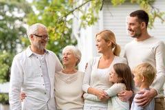 Szczęśliwa rodzina przed domem outdoors obrazy royalty free