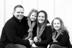 Szczęśliwa rodzina przy bożymi narodzeniami Zdjęcie Royalty Free