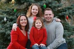 Szczęśliwa rodzina przy bożymi narodzeniami Fotografia Royalty Free