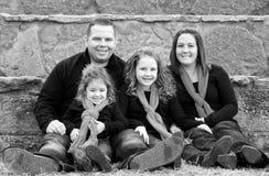 Szczęśliwa rodzina przy bożymi narodzeniami Zdjęcia Royalty Free