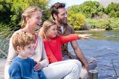 Szczęśliwa rodzina przy jeziorem Zdjęcia Stock