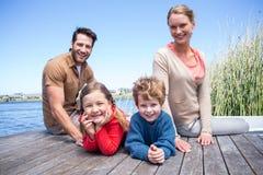 Szczęśliwa rodzina przy jeziorem Fotografia Royalty Free