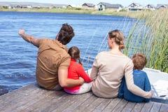 Szczęśliwa rodzina przy jeziorem Obrazy Royalty Free