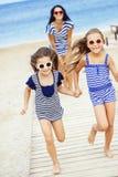 Szczęśliwa rodzina przy plażą zdjęcia royalty free
