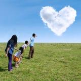 Szczęśliwa rodzina przy wiosną 1 Fotografia Stock