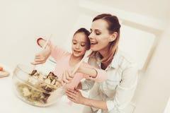 Szczęśliwa rodzina Przygotowywa sałatki Przy kuchnią obrazy royalty free