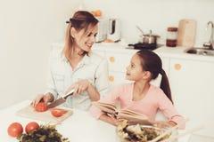 Szczęśliwa rodzina Przygotowywa sałatki Przy kuchnią zdjęcia stock