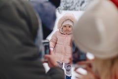 szczęśliwa rodzina robi fotografii jej mała córka obraz royalty free