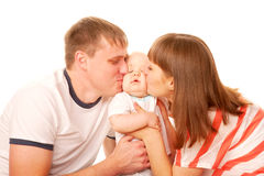 Szczęśliwa rodzina. Rodzice całuje dzieciaka Fotografia Royalty Free