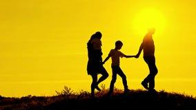 Szczęśliwa rodzina rusza się trzymać dalej each inny zbiory wideo