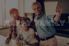 szczęśliwa rodzina Selfie Palec na pastylce dinner fotografia stock