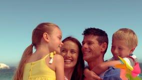 szczęśliwa rodzina się uśmiecha zbiory wideo