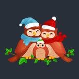Szczęśliwa rodzina sowy mamy dziecko w ciepłym obsiadaniu na gałąź i tata kapeluszu i szalika i cieszy się wigilię boże narodzeni Zdjęcie Stock