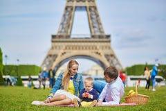 Szczęśliwa rodzina trzy ma pinkin w Paryż obrazy royalty free
