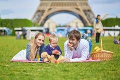 Szczęśliwa rodzina trzy ma pinkin w Paryż Zdjęcie Stock