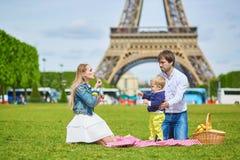 Szczęśliwa rodzina trzy ma pinkin w Paryż Obrazy Stock