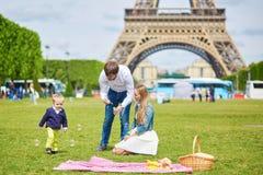 Szczęśliwa rodzina trzy ma pinkin w Paryż Zdjęcie Royalty Free