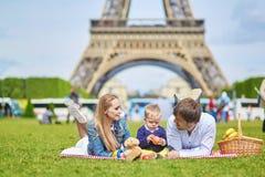 Szczęśliwa rodzina trzy ma pinkin w Paryż Obraz Royalty Free