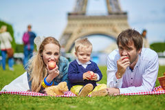 Szczęśliwa rodzina trzy ma pinkin w Paryż Zdjęcia Royalty Free