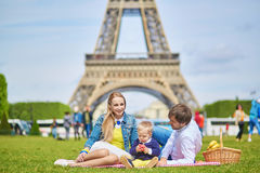 Szczęśliwa rodzina trzy ma pinkin w Paryż Obraz Stock