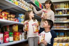 Szczęśliwa rodzina trzy nabywa jedzenie dla tygodnia Zdjęcie Royalty Free