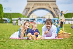 Szczęśliwa rodzina trzy w Paryż Zdjęcie Stock