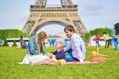 Szczęśliwa rodzina trzy w Paryż Fotografia Stock