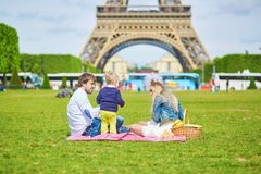 Szczęśliwa rodzina trzy w Paryż Obraz Royalty Free
