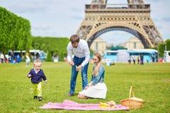 Szczęśliwa rodzina trzy w Paryż Zdjęcia Stock