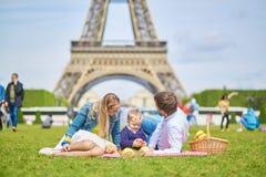 Szczęśliwa rodzina trzy w Paryż blisko wieży eifla Obrazy Stock
