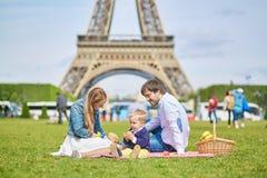 Szczęśliwa rodzina trzy w Paryż blisko wieży eifla Zdjęcie Stock