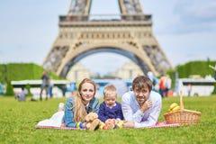Szczęśliwa rodzina trzy w Paryż blisko wieży eifla Zdjęcia Royalty Free