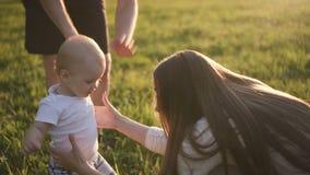 Szczęśliwa rodzina uczy trochę pierwszy synowi dlaczego chodzić zdjęcie wideo