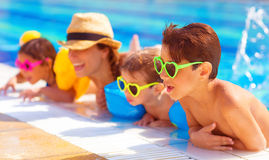 Szczęśliwa rodzina w basenie zdjęcie stock