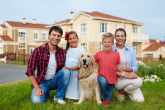 Szczęśliwa rodzina w elita Lokalowym sąsiedztwie obrazy royalty free