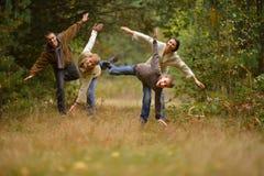 Szczęśliwa rodzina w jesień lesie Obrazy Royalty Free