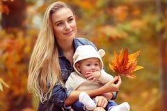 Szczęśliwa rodzina w jesień parku Fotografia Royalty Free